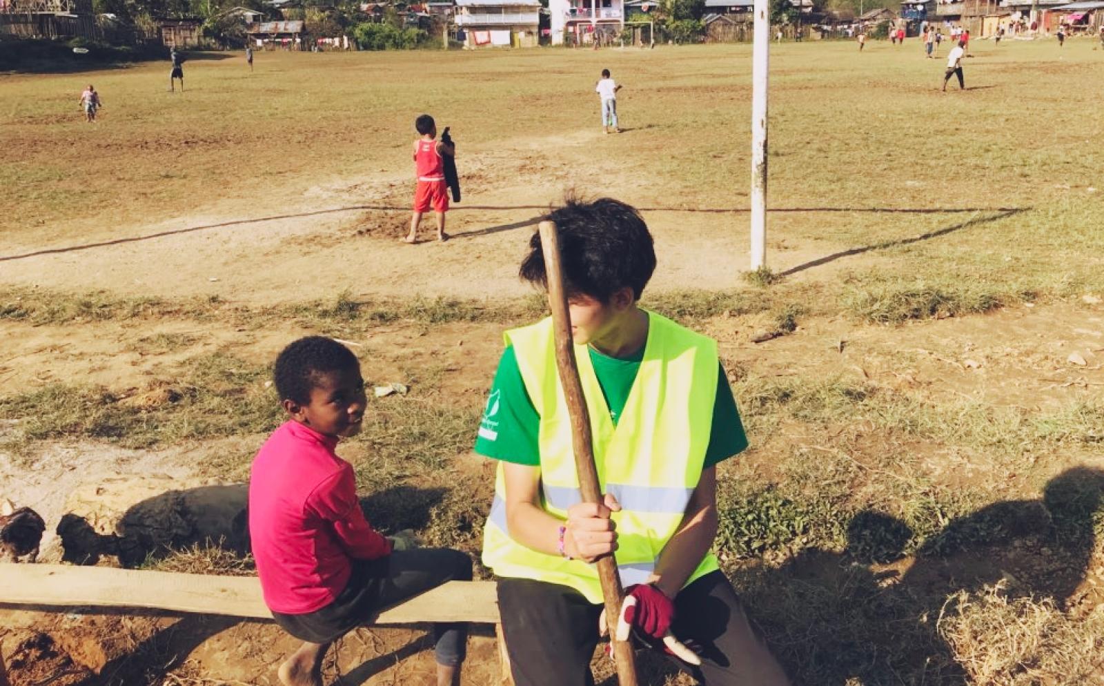 マダガスカルの子供たちと交流する高校生ボランティア木村佑介さん